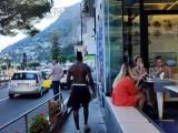 Mario Balotelli,  a spasso per Amalfi a torso nudo