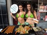 Londra: Sexy modelle in bikini preparano hot-dog in strada