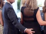 Red carpet hot:  Rupert Everett tocca il sedere all'ospite in abito nero