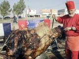 Il piatto più colossale del mondo: cammello ripieno di agnello ripiena di pollo ripieno di pesce