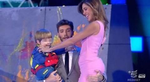 Belen e Stefano, siparietto hot in diretta tv: la mano scivola sul lato B.